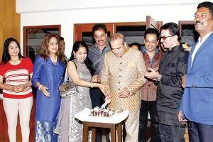 Host-Pratap-Sarnaik-with-birthday-boy-Suresh-Wadkar