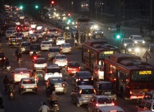 Traffic moves along a busy road in New Delhi November 9, 2011. Car sales in India fell 23.8 percent in October, the biggest percentage drop since December 2000, an industry body said on Wednesday, on higher interest rates and vehicle costs and labour unrest at the country's dominant carmaker, where sales fell by half. REUTERS/B Mathur (INDIA - Tags: TRANSPORT BUSINESS) - RTR2TSCJ